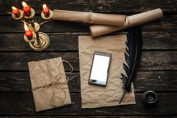 Modernes Smartphone und altes Papier