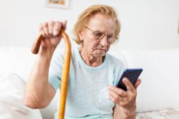 Oma und Telefon