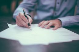 Mann kündigt Vertrag schriftlich